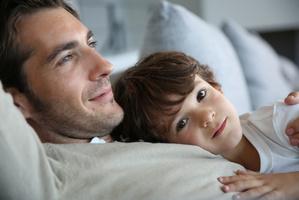 Vater und Sohn träumen vom Tretauto